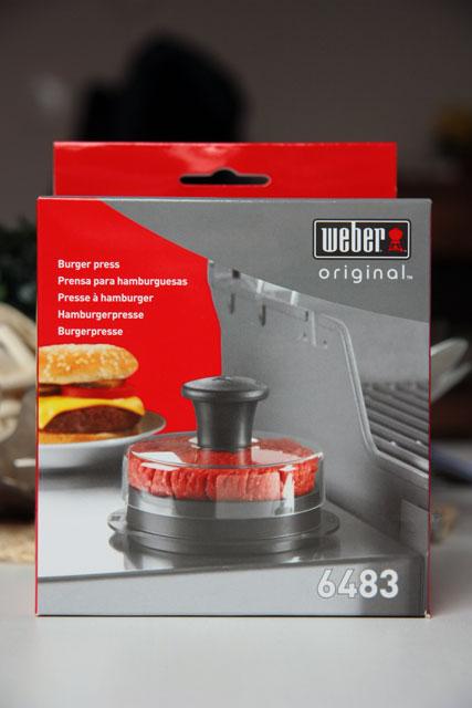 Ein paket mit weber hamburgerpresse und weber easy start for Hamburgerpresse weber