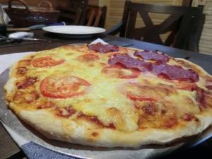 Weber Pizzastein mit fertig gebackener Pizza