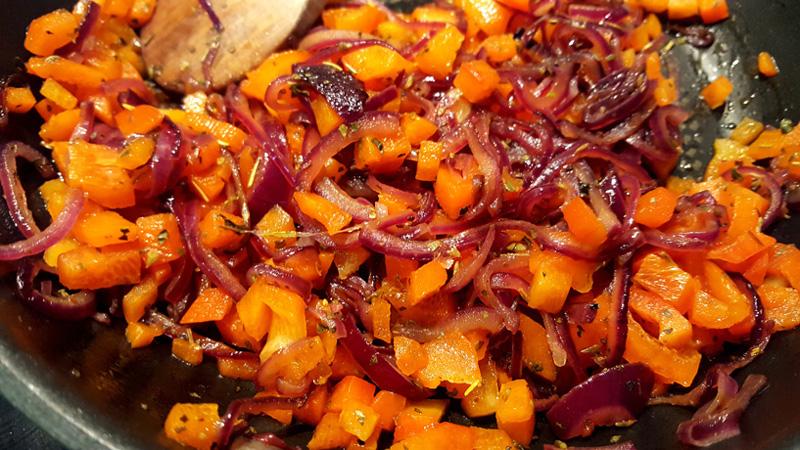 Zwiebel-Paprika-Speckbrot aus dem Dutch Oven
