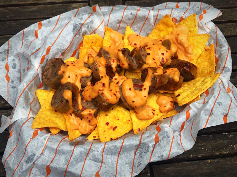 Bacon Jalapeno Bratwurst mit Chili Cheese Tortilla Chips